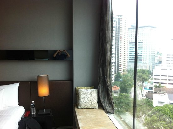 The Quincy Hotel by Far East Hospitality: Window seat + bed