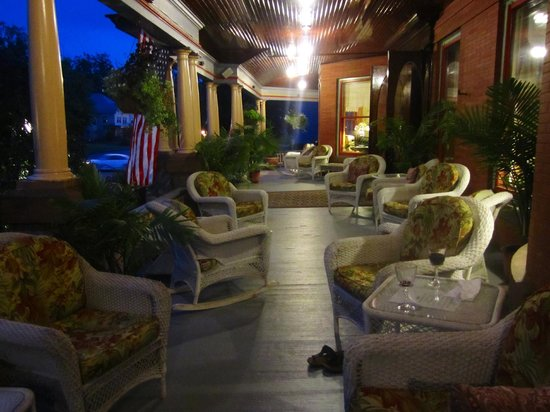 Union Gables Mansion Inn: Front porch at night