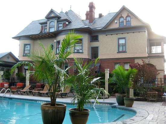 Union Gables Mansion Inn: View from pool