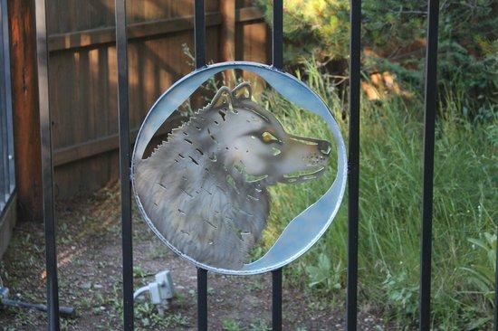 Silverwolf Log Chalet Resort: Front Gate