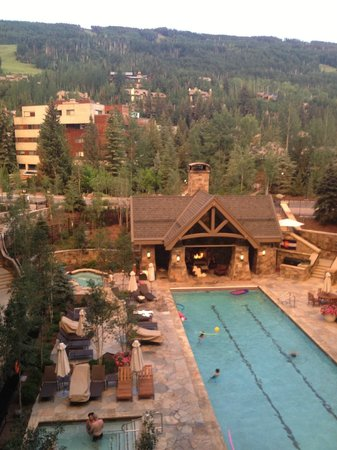 Four Seasons Resort and Residences Vail: View from our room...lovely pool