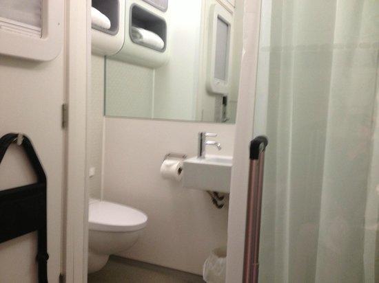 YOTEL London Heathrow Airport: bathroom