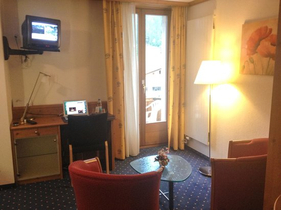 Hotel Bernerhof: sitting area and desk with door to balcony
