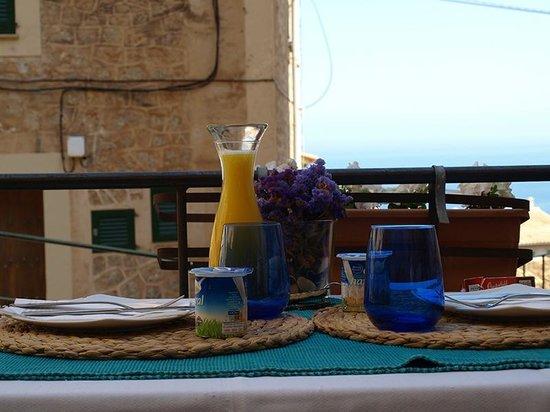 Son Borguny: Mesa preparada para servir el desayuno