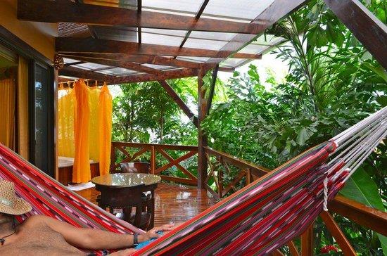 Nayara Hotel, Spa & Gardens: outdoor deck with hammock and hot tub