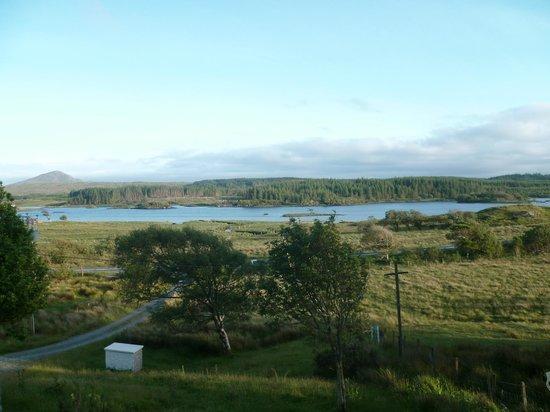 Ben Lettery Connemara Hostel: Vue sur le lac Ballynahinch