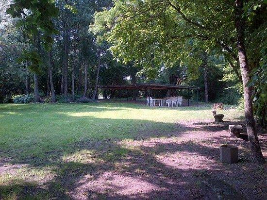 Domaine de la Courbe : parc avec barbecue