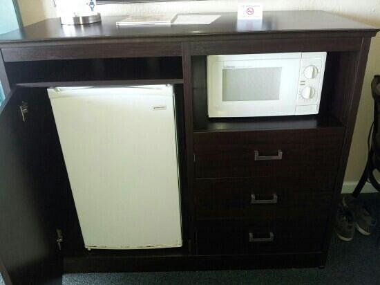 Rodeway Inn & Suites: mini fridge/microwave cabinet