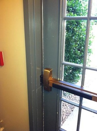 Sonesta ES Suites Charlotte: door that didn't close