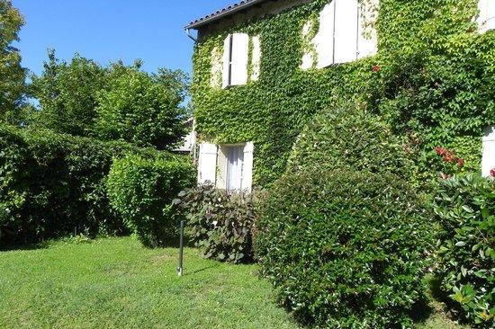 Maison de Marquay : Ventanas de habitaciones hacia jardín y piscina