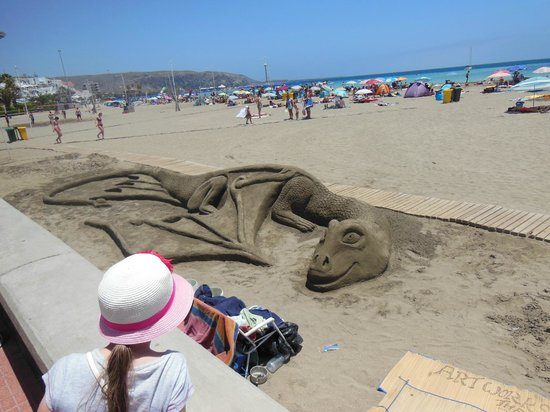 Playa de las Vistas : sand sculptures