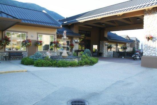 Prestige Lakeside Resort: front of hotel