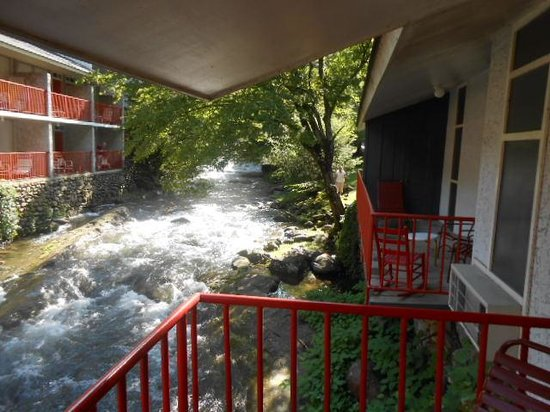 Zoders Inn & Suites: creek on balcony