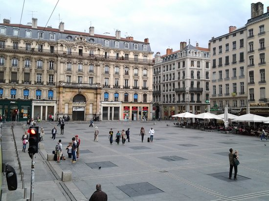 Hotel de Ville: the square in front of it