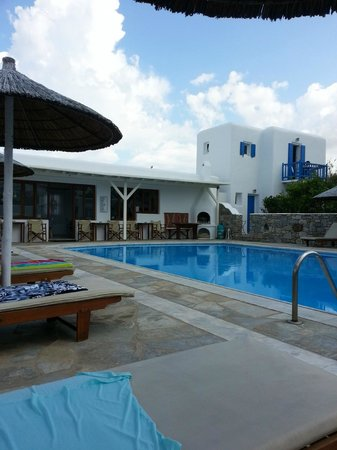 Anemos Hotel-Apartments & Studios: Pool and view of the restaurant/Bar
