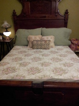 Hotel DeFuniak: My bed!