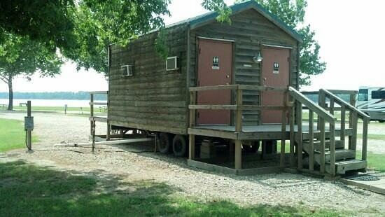 Tom Sawyer's RV Park: Restrooms are very air conditioned and clean yet ready to move if the river rises.