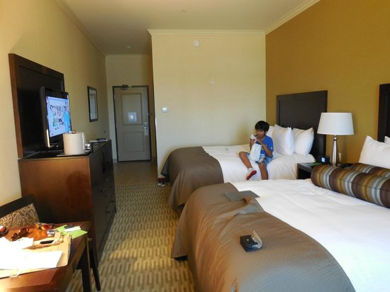 The Oaks Hotel & Suites: Big modern room with 2 queen beds