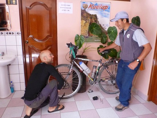 Chachapoyas Backpackers Hostal: Jose helping a fellow traveller get ready for the next leg of his voyage