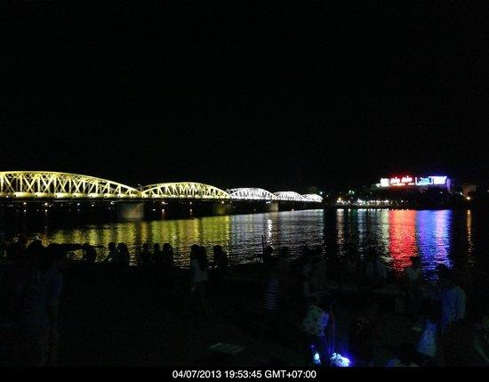 Hotel Saigon Morin: The bridge over the perfume river by night