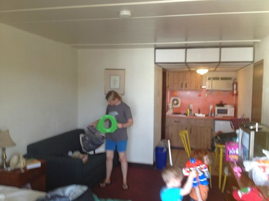 Sunflower Motel: Packing up the room