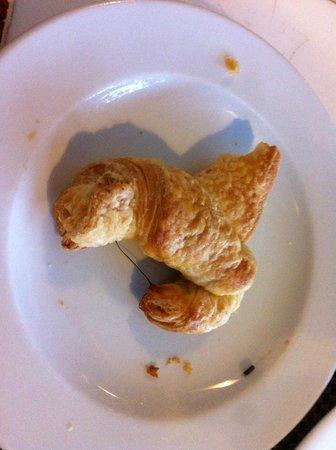 Merlynn Park Hotel : Hair in Croissant!