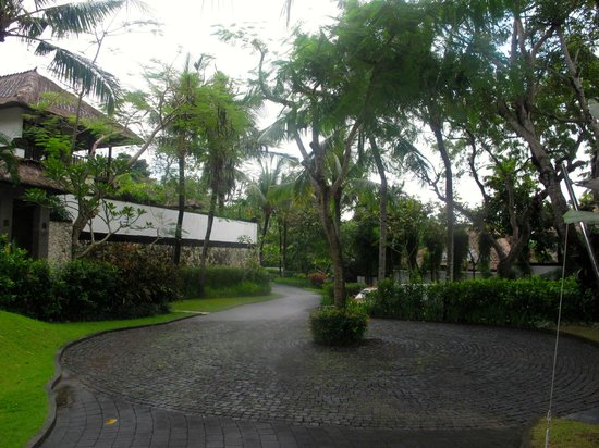 Karma Jimbaran: Driving up through the resort grounds