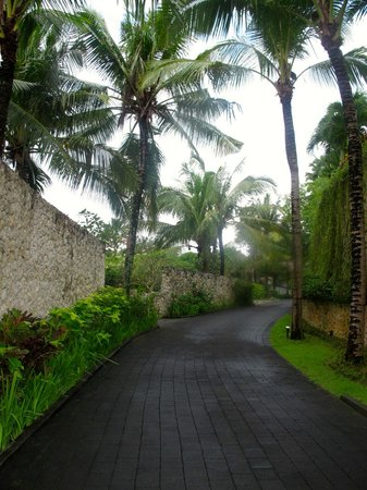Karma Jimbaran: Stone walls, coconut trees, driving up to Karma Spa