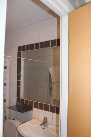 Hotell Hehrne Kok & Konferens: No lamp above the mirror in the bathroom. Brilliant!