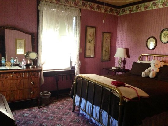 Visit to the town of columbia picture of 1859 historic for Cute hotel rooms