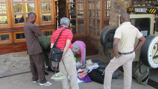 Seronera Wildlife Lodge: Personal del hotel inspecciona nuestro equipaje.
