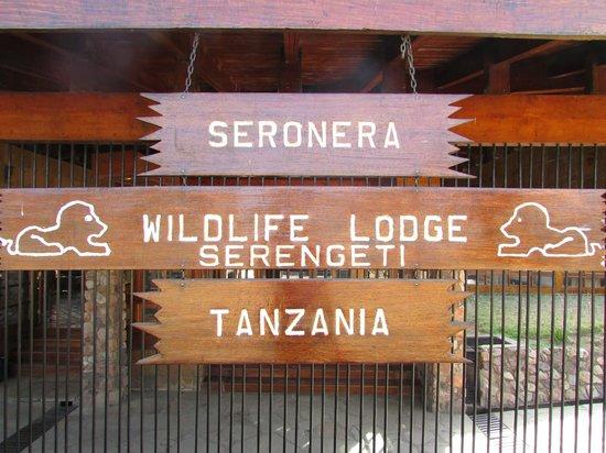 Seronera Wildlife Lodge: Aviso de la entrada acorde con el entorno.