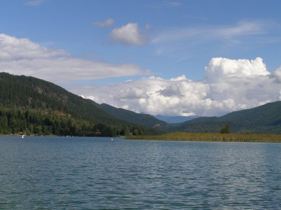 Sunny Shore Fishing Resort: A view of the pristine mountain lake