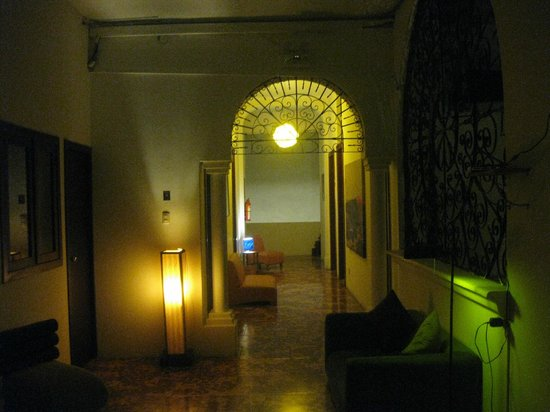 Manso Boutique Guesthouse: Sleepy nighttime hallway