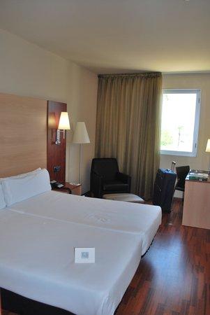 Hotel Front Maritim: Habitacion amplia
