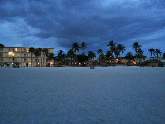 Outrigger Beach Resort: vanaf het strand na zonsondergang