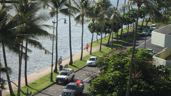 Waikiki Sand Villa Hotel: Ala Wai Canal pathway