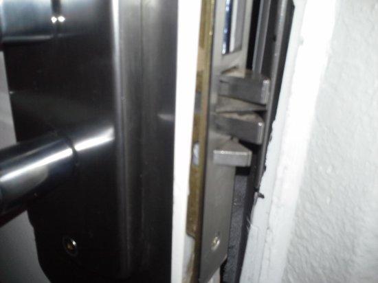Motel 6 Albuquerque - I-40 - San Mateo: Deadbolt died