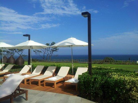 Hyatt Regency Jeju: 야외수영장 선베드