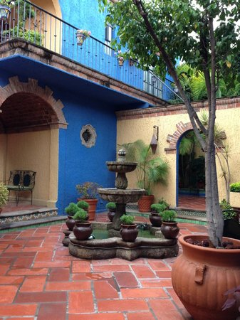 La Villa del Ensueno Hotel: The courtyard surrounds the main building