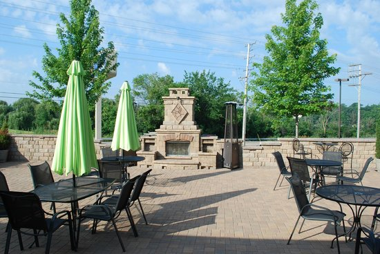 BEST WESTERN PLUS Antioch Hotel & Suites: Beautiful patio outside of bar.
