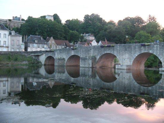La Vie d'Artiste : bridge to the nearby village