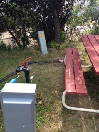 Dakota Ridge RV Park: Nothing better than sewer hooks at the picnic table