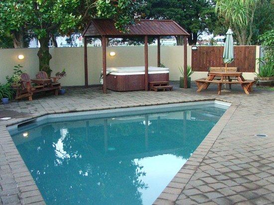 Comfort Inn Academy: Pool & spa area