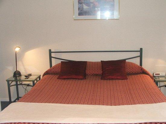 Comfort Inn Academy: Bedroom - Queen bed