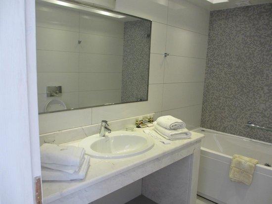 Petit Palace Suites Hotel: bathroom