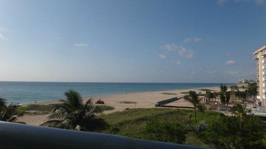 Residence Inn Fort Lauderdale Pompano Beach/Oceanfront: View from balcony in living room area