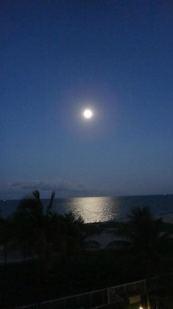 Residence Inn Fort Lauderdale Pompano Beach/Oceanfront: Moon over the ocean - view from balcony