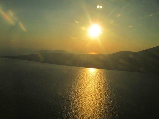 ميدترينيان رويال: The sunset from the plane ride into Santorini