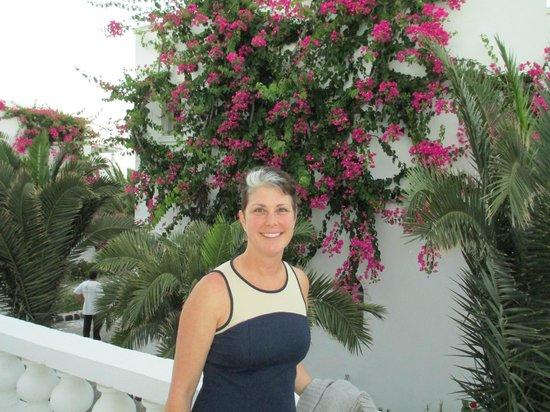 ميدترينيان رويال: Flowers around the grounds